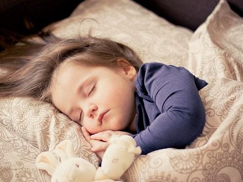 Cómo aliviar la tos nocturna en los niños