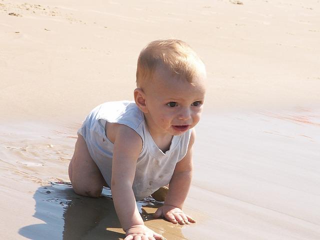 Consejos para el primer día en la playa de tu bebé