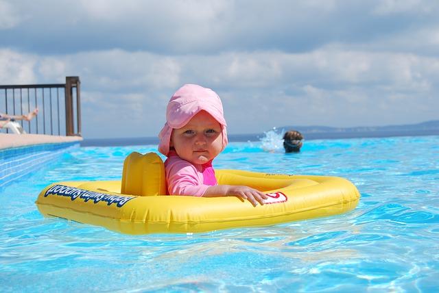 Puedo bañar a mi bebé en la piscina